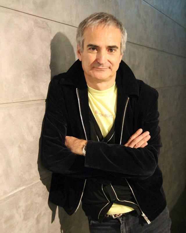 画像: OLIVIER ASSAYAS(オリヴィエ・アサイヤス) 1955年、パリ生まれ。画家、グラフィック・デザイナーとしてキャリアをスタートさせ、「カイエ・デュ・シネマ」誌の編集者として働きながら、短編映画を撮る。1986年に長編監督デビュー作『無秩序』で注目され、『パリ・セヴェイユ』でジャン・ヴィゴ賞を受賞。マギー・チャンを主演に迎えた『イルマ・ヴェップ』、『クリーン』『夏時間の庭』『アクトレス 彼女たちの舞台』『パーソナル・ショッパー』等で数々の映画賞を受賞し、フランスの第一線監督として活躍を続けている © CG CINEMA / ARTE FRANCE CINEMA / VORTEX SUTRA / PLAYTIME
