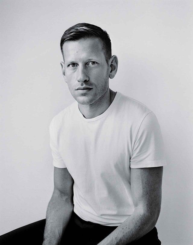 画像: PAUL ANDREW(ポール・アンドリュー) 「フェラガモのクリエイティブディレクターになる直前に、ブルックリンのアトリエで撮ったポートレート。いつも白のTシャツとダークカラーのパンツばかり着ている。デザイナーなのにちょっとバツが悪いけど、これが僕のユニフォームなんだ」 COURTESY OF FERRAGAMO