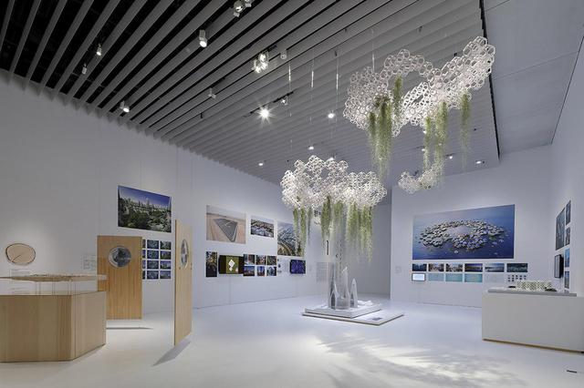 画像: 展覧会の第1章「都市の新たな可能性」の展示風景。ビデオや写真、模型などを展示しながら、現在危惧されている諸問題に対応する、アイデアフルな都市計画を紹介 PHOTOGRAPH BY KEIZO KIOKU