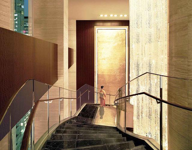 画像: 螺旋階段に沿って吊り下げられているアイコニックなシャンデリアは、雨の雫を象った48万個のパーツが使われている圧巻の作品 PHOTOGRAPHS:COURTESY OF SHANGRI-LA HOTEL,TOKYO