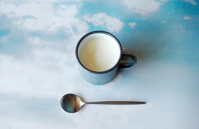 画像: 「トレーダー・ジョーズ」で購入するプレーンヨーグルトは冷蔵庫に常備。よく振ってから飲むのが蓮沼さん流。日本のメーカーでは、小岩井乳業の「生乳100%ヨーグルト」が好み