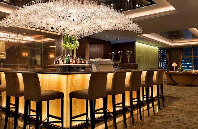 画像: ロビー併設のラウンジバー、天井のシャンデリアは銀杏の葉の形をした特注品。銀杏は東京都のシンボルツリー