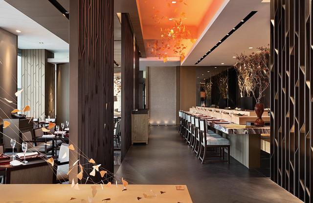 画像: 圧倒的な人気を誇る日本料理の「なだ万」。鮨カウンター、鉄板焼きカウンターも