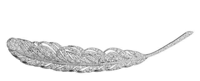 画像: 羽根のブローチ (1945) <プラチナ、ダイヤモンド> ヴァン クリーフ&アーペル コレクション 優美な曲線が、羽根のはかない美しさを表現 COURTESY OF VAN CLEEF & ARPELS