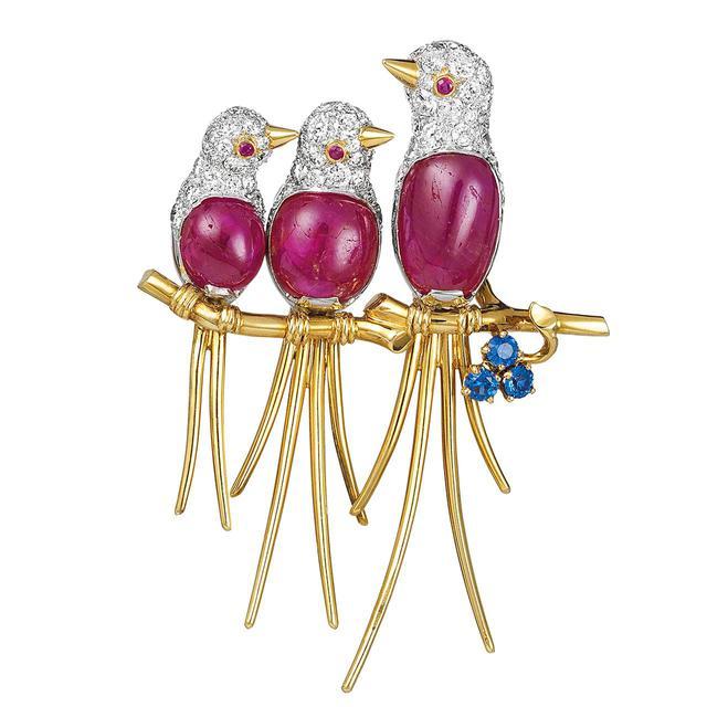 画像: スリー バード クリップ (1954) <プラチナ、イエローゴールド、サファイヤ、ルビー、ダイヤモンド> ヴァン クリーフ&アーペル コレクション かつてイランのソラヤー王妃が所蔵していたクリップ。親鳥、ひな鳥たちのつぶらな瞳が愛らしい COURTESY OF VAN CLEEF & ARPELS