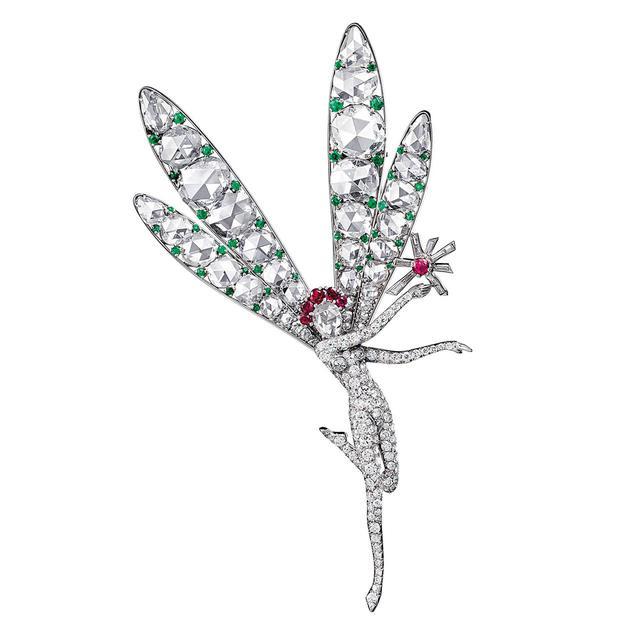 画像: スピリット オブ ビューティー フェアリー クリップ (1941) <プラチナ、エメラルド、ルビー、ダイヤモンド> ヴァン クリーフ&アーペル コレクション 手に持つのは希望の灯。顔はローズカットのダイヤモンド、まろやかな輝きが表情を豊かに見せる COURTESY OF VAN CLEEF & ARPELS