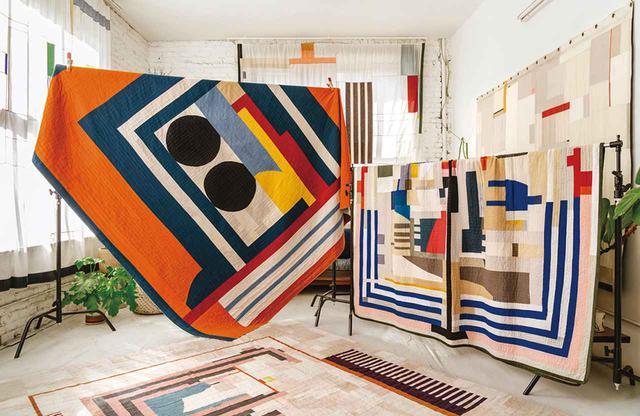 """画像: アダム・ポーグの作品。 (左)≪オレンジ・キルト≫(2018年)。ヘンプ麻に綿とキャンバスをミックスして作られている。 (右)≪ファースト・キルト≫(2016年)。デニム、塗装用の養生布シート、ヴィンテージの信号旗を使用。敷物やカーテン、壁掛けも、彼の作品 ADAM POGUE'S """"ORANGE QUILT,"""" $8,000, AND """"FIRST QUILT,"""" $8,750, THE FUTURE PERFECT.COM ALL COMMISSIONS AVAILABLE THROUGH COMMUNE DESIGN"""