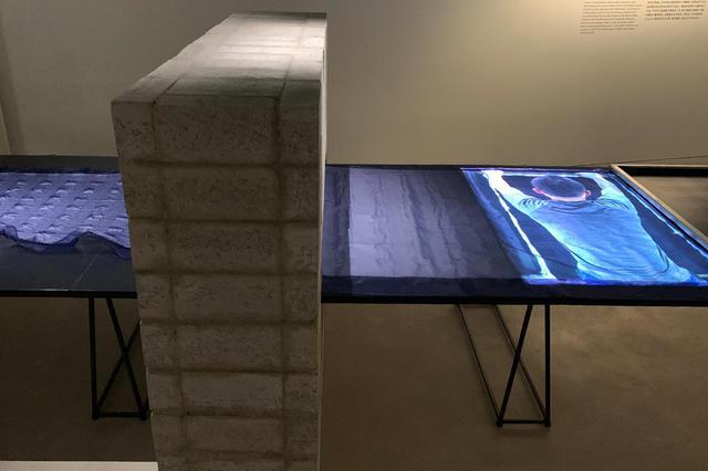 画像: 『須藤玲子の仕事-NUNOのテキスタイルができるまで』の展示風景から。熱収縮性の高い素材を、ポリエステル地に貼り付け、オーブン熱によるシュリンクで柄を表現する「ジェリーフィッシュ」 PHOTOGRAPH BY MASANOBU MATSUMOTO