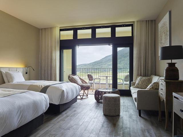 画像: フランスやスペインから運んだ家具や照明など、部屋のインテリアはすべて異なる。アメニティはAVEDA(アヴェダ) COURTESY OF CAVE D'OCCI