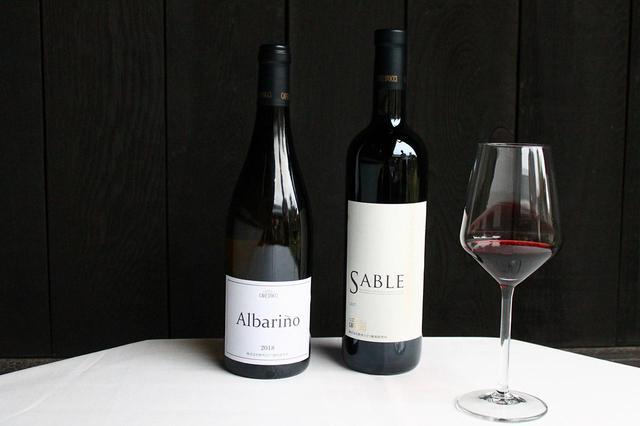 画像: カーブドッチのプレミアムワイン (右)エレガントな飲み口のシグネチャー赤ワイン「SABLE」、(左)白ワイン「アルバリーニョ」