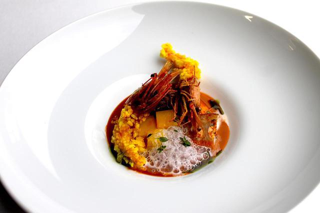 画像: 「根菜のパナシェ 南蛮エビのクリスプとエキュームソース」。里芋、レンコン、サツマイモなどの根菜をカレー仕立てに