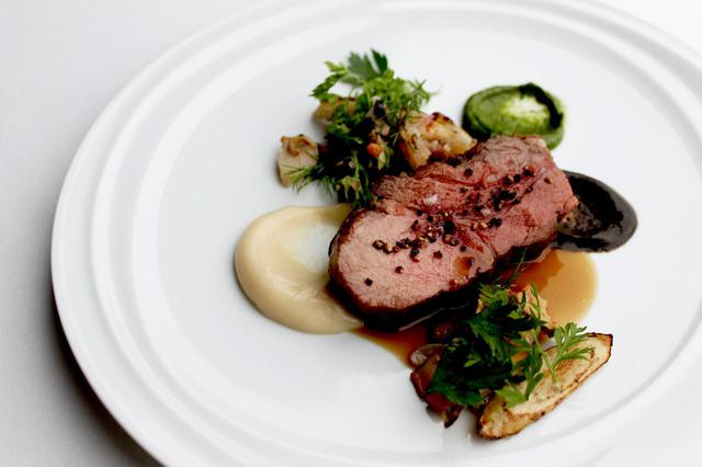 画像: ディナーコースは全10皿。ディナーの一品「十日町 猪肉のロースト サザエと牛蒡のキャラメリゼ」。程よい歯ごたえの猪肉のローストは噛むほどに旨味があふれる