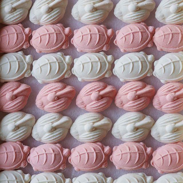 画像: 干菓子<1箱(40個入り)>¥2,400(税込) 長寿の象徴が紅白で並ぶ「鶴ト亀」 鍵善良房 TEL.075(561)1818