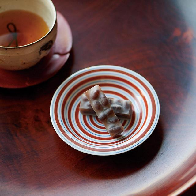 画像: 「松の翠」<1箱(10個入り)>¥1,555 羊羹の上に、時間をかけて炊きあげた大納言小豆をのせて、蜜をかけ……。手間ひまかけて作られる、松の幹に見立てた半生菓子。お正月には縁起のよい結び昆布と、小梅を入れた大福茶とともに 紫野源水 TEL.075(451)8857