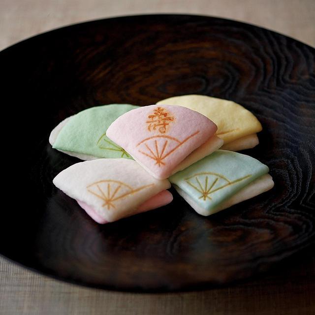 """画像: 「重ね扇」<1箱(5個入り)>¥3,000 """"末広がり""""の吉意を5色の扇子形の薯蕷で表した「重ね扇」。お正月に限らず婚礼などにも使える祝い菓子 末富 TEL.075(351)0808"""