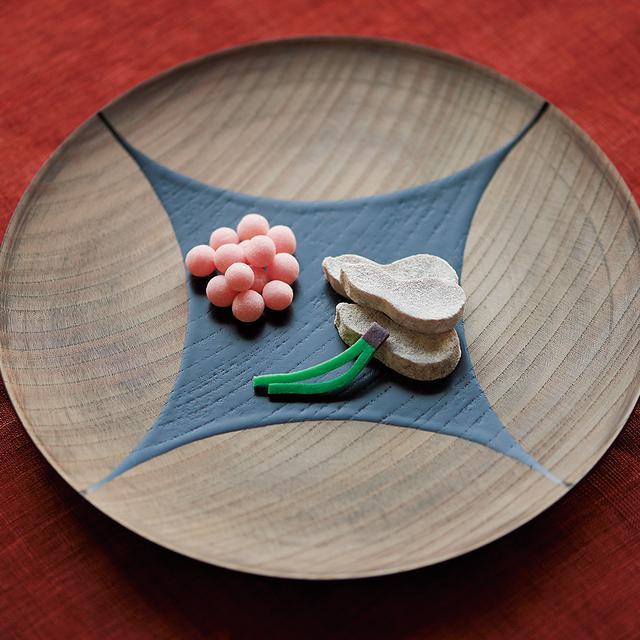 画像: 「ふくべ」、「梅鶴」1箱¥800 黒糖羊羹の「ふくべ」と、梅肉糖の「梅鶴」に松葉を添えて 塩芳軒 TEL.075(441)0803