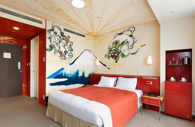 画像: アーティストルーム クイーン「富士山」 日本画家の平良志季さん作。ボードには「風神、雷神」を従えた富士山が、反対側の壁には七福神が大きく描かれバスルームにも同様の絵が描かれている。宝船に乗った七福神と共に幸せな時を! という思いが込められている