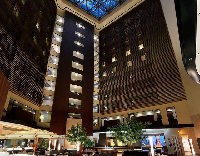 画像: 汐留タワーの25階から上がホテルフロア。25階のロビーラウンジには約30mのアトリウムが広がる。レセプション、アートショップ、レストランはこの階に