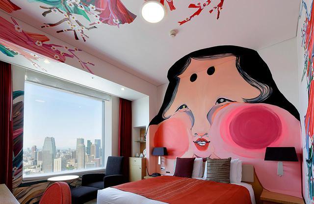 画像: アーティストルーム クイーン「おたふく」 画家、近藤亜樹さんの作品。「五徳の美人」、古来人々のお手本と言われた「おたふく」の顔を客室一面に描くことで、慎み深さや謙虚さといった、日本人の心の美しさを表現