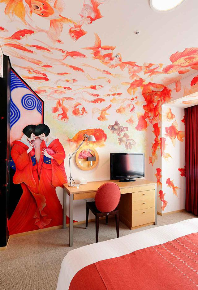 画像: アーティストルーム クイーン「芸者金魚」 妖艶、でもラブリーな芸者と金魚を描いた画家、成田朱希さん作。客室を水槽に見立てたという作品。客室初の油絵の具を使用し、壁面だけでなく天井にも画が。古来より縁起物の金魚で幸運な夢を! と望んだ