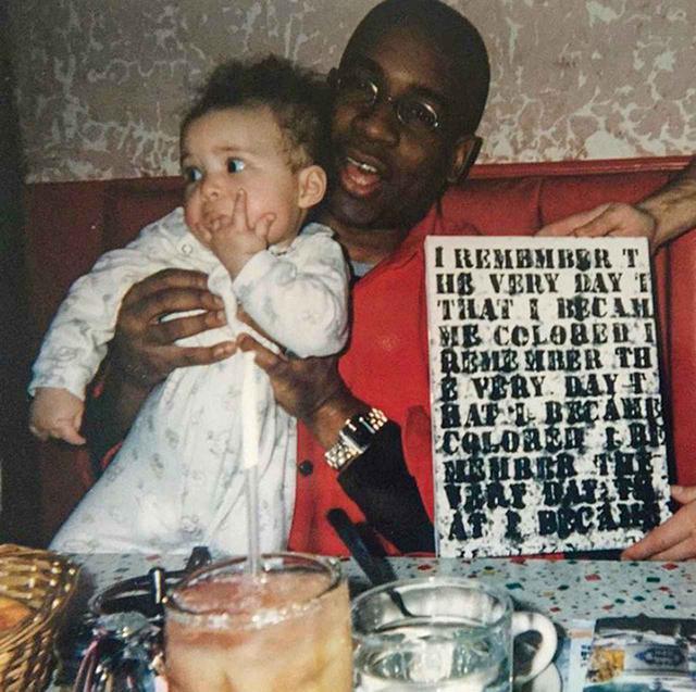 画像: グレン・ライゴン、ローナ・シンプソンの娘のゾラ、1999年版の《無題(「私は自分が黒人になった日を覚えている)》 COURTESY OF THELMA GOLDEN