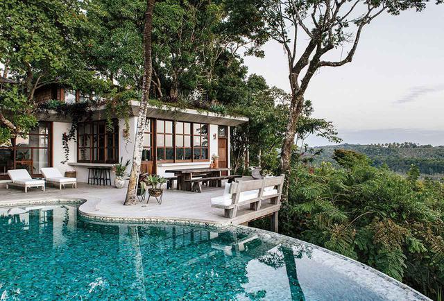 画像: トランコーゾの町を見下ろす高台にあるキッチンとプール