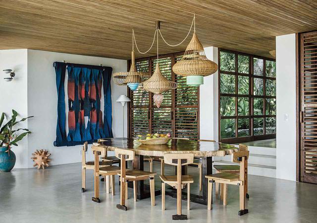 画像: ブラジル原産の木材で作った「ウーシュー」のダイニングテーブルとチェア。フランス人アーティスト、ジャック・ドゥーシェの1984年制作のウールのタペストリー