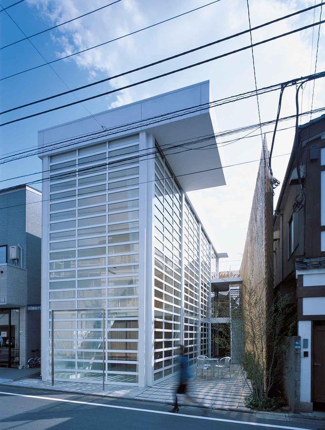 画像: 東京近郊に建つ「ガラスシャッターの家」(2003年)。3階建てビルの表側全体がシャッターで覆われたデザイン HIROYUKI HIRAI