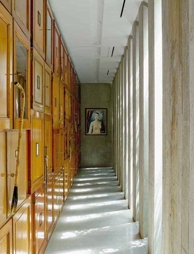 画像: 主寝室への廊下には、オーナーを描いたジョエル=ピーター・ウィトキンの絵画と、ロンドンの自然史博物館にあったキャビネットが設置されている