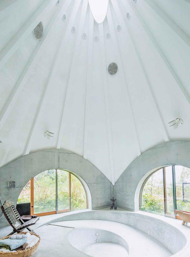 画像: jikkaには介護に対応した宿泊スペースも設置。車椅子の人が入れるようにお風呂はスロープ式に