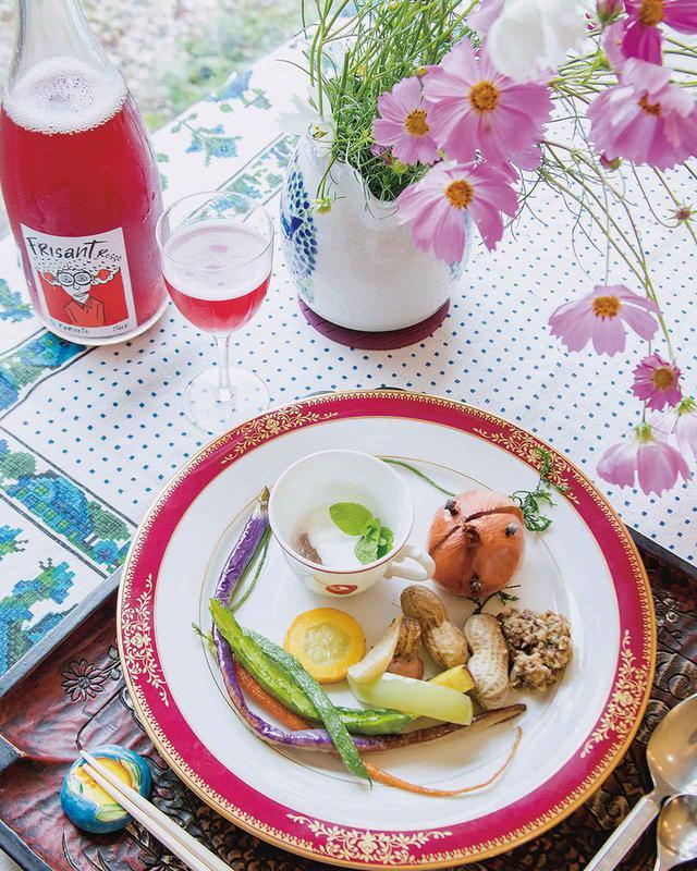 画像: 野菜をふんだんに用いた前菜の盛り合わせ。ワインはランチ会のために真鶴にあるワイン・ラバーズ・ファクトリーの高橋景子さんがおいしい自然派ワインをセレクトした