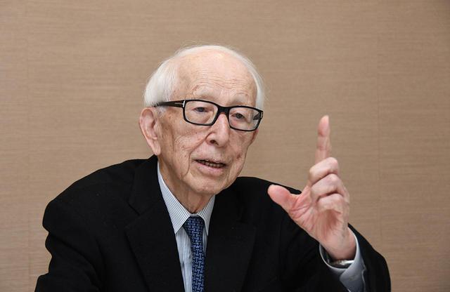 画像: 槇 文彦(FUMIHIKO MAKI) 建築家。1928年東京都生まれ。1952年、東京大学工学部建築学科を卒業後、米国クランブルック美術学院及びハーバード大学大学院の修士課程を修了。その後、建築事務所での勤務し、ワシントン大学とハーバード大学で都市デザインの準教授を務める。1965年に帰国、槇総合計画事務所を設立。代表作には、代官山ヒルサイドテラスのほか、スパイラル、幕張メッセ、東京体育館などがある。主な受賞歴は、1962年日本建築学会賞、'90年トーマス・ジェファーソン建築賞、'93年プリツカー賞、2011年AIAゴールドメダルなどを受賞。国内外で高い評価を得る20世紀を代表する建築家のひとり PHOTOGRAPH BY KAORU HIRANO