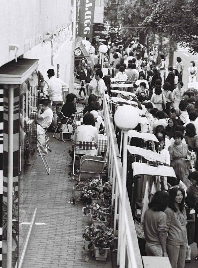 画像: 1970年代、「代官山交歓バザール」の様子。ヒルサイドテラスのテナントが出店し、当時日本に上陸しはじめたフリーマーケットのようなスタイルで行われた催しは、そこに暮らす人々のコミュニティ形成と、街に多くの人々を呼び込む一助となった © HILLSIDE TERRACE