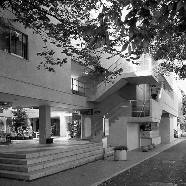 画像: 中庭を囲むような設計で、そこに暮らす人々と訪れる人々の導線を一体化。オープンな空間が住居と商業施設の境界線を意識させることのないパブリックスペースを創り出した © MAKI AND ASSOCIATES