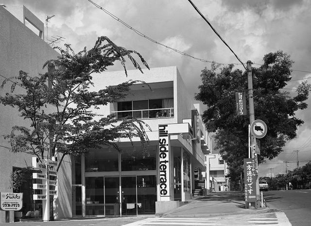 画像: 最初に建設された、代官山ヒルサイドテラスのA棟のエントランス。第1期に計画されたA、B棟は1968(昭和43)年に着工し、翌年に完成 © HILLSIDE TERRACE