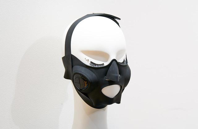 画像: 医療用シリコーン素材のマスクを、4本のベルトで顔に固定するだけで、リフトケアに最適な位置にEMS電極が配置されるように設計されたウェアラブル美顔器。大頬骨筋(だいきょうこつきん)と小頬骨筋にはトレーニングEMS、咬筋(こうきん)にはリリースEMSを使い分けるために、マスクを鼻に合わせ、説明書の指示通りにバンドを留めると、それぞれの筋肉の位置に電極がくるように設計されている。電極部分があるコントローラーは簡単に外すことができ、マスクは水洗い可能