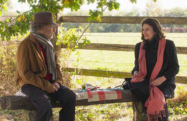 画像: 日々、記憶が薄れていくジャン・ルイだが、数十年ぶりにアンヌと再会し、かつての思い出が蘇る。いくつになってもチャーミングで、素敵なカップルを体現するジャン=ルイ・トランティニャンとアヌーク・エーメの共演が魅せる © 2019 LES FILMS 13 ‐ DAVIS FILMS ‐ FRANCE 2 CINÉMA