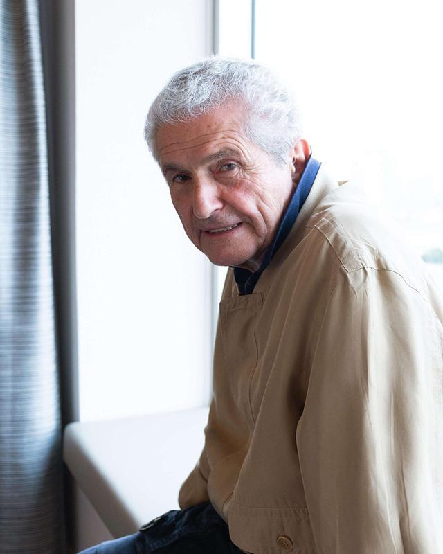画像: CLAUDE LELOUCH(クロード・ルルーシュ) 映画監督。1937年、フランス・パリ生まれ。ユダヤ系アルジェリア人の家庭に育ち、幼い頃から映画に興味を持つ。報道カメラマンとしてキャリアをスタート。1956年から映画を撮り始める。'66年『男と女』が世界的な大ヒットを記録。カンヌ国際映画祭パルムドールをはじめ、アカデミー賞®外国語映画賞など40以上の賞を獲得。主な監督作に『パリのめぐり逢い』(1967)、『恋人たちのメロディー』('71)、『愛と哀しみのボレロ』('81)、『レ・ミゼラブル』('95)、『アンナとアントワーヌ 愛の前奏曲』(2015)など © 2019 LES FILMS 13 ‐ DAVIS FILMS ‐ FRANCE 2 CINÉMA