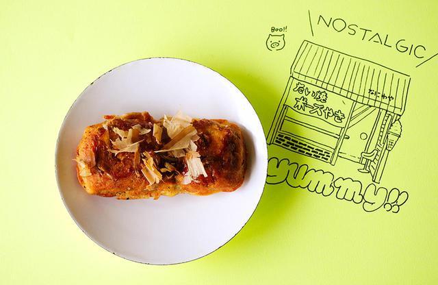 画像: 昭和8年生まれの吉田昭八郎さんが一人で切り盛り。豚肉やキャベツ、長芋、天かすなどが入ったワンハンドで食べられるしょっぱいおやつ。当時は、このシンプル・ポーズだけだったが、現在は全8種に。写真のイラストは師岡さんが描き下ろしてくれた 「シンプル・ポーズ」1個¥110(税込) なにわや TEL.042(344)1962