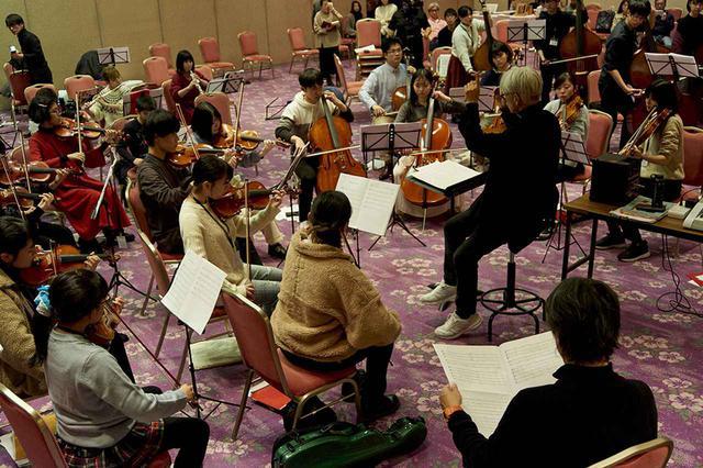 画像: 弦楽のパート練習風景。練習はみっちりと長時間にわたるが、子どもたちの表情は真剣そのもの