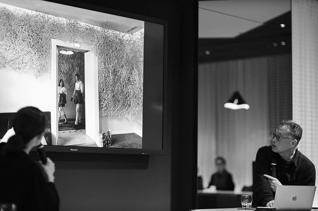 画像: 作品設営の前日に開かれたトークショーにて。80年代の初期の作品から近年までの仕事、レストラン施設「パヴィヨン・ルドワイヤン」でのインスタレーションなど、自身の作品を紹介した