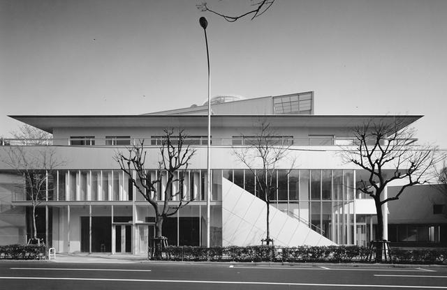 画像: 第6期計画のG棟。F棟ともに、建築規制の緩和条件をあえて取り入れず、対岸にあるA〜D棟の高さ10メートルに合わせた低層設計にこだわった © TOSHIHARU KITAJIMA