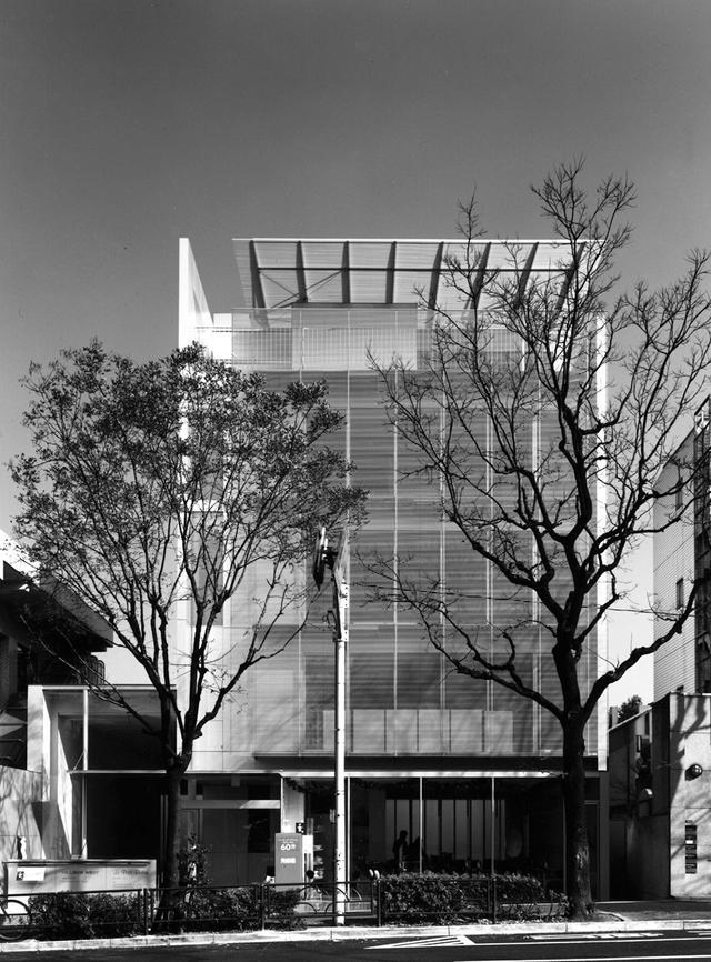 画像: 1998(平成10)年に完成したヒルサイドウエスト。ファサード(正面玄関)が特徴的な事務所・店舗・住居からなる複合施設 © TOSHIHARU KITAJIMA
