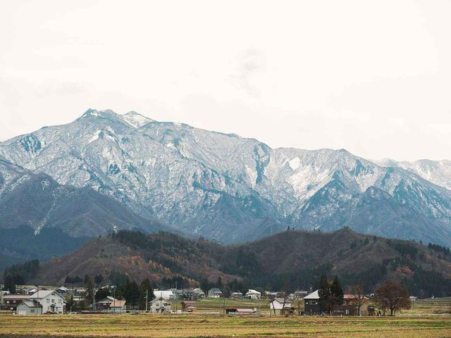 画像: 日本百名山である駒ケ岳や平ヶ岳などに囲まれ、平地部分には田んぼが広がる