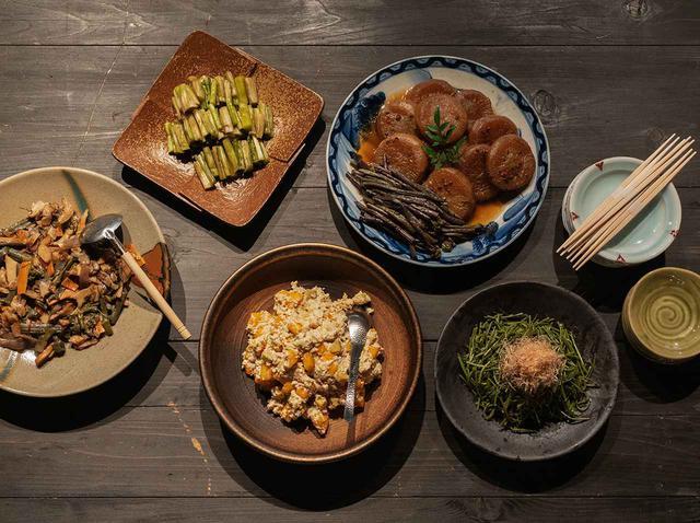 画像: ワークショップのお昼ごはん。体験費用は ¥4,500/人(昼ごはん代含む)※3日前までに要予約 (右上から時計回り) 「大根と塩漬けわらびの煮物」、「あけびのつるのおひたし」、「柿とサツマイモの白和え」、「揚げかまぼこやこんにゃく、わらび野炒めもの」と野沢菜
