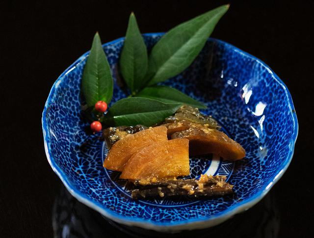 画像: 老舗「今成漬物店」の漬物 なす、きゅうり、わらび、錦糸瓜、越瓜。かす床の原料になる酒粕は「八海醸造」のものを使用している