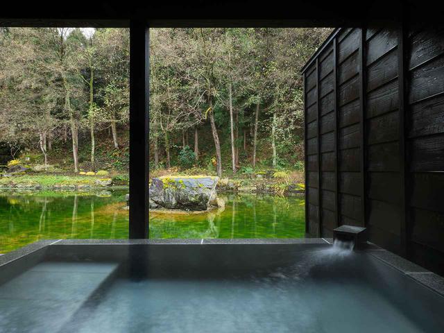 画像: 「VILLA SUITE」の露天風呂。温泉は刺激の少ない柔らかなアルカリ性単純泉。夜は月や星を満喫