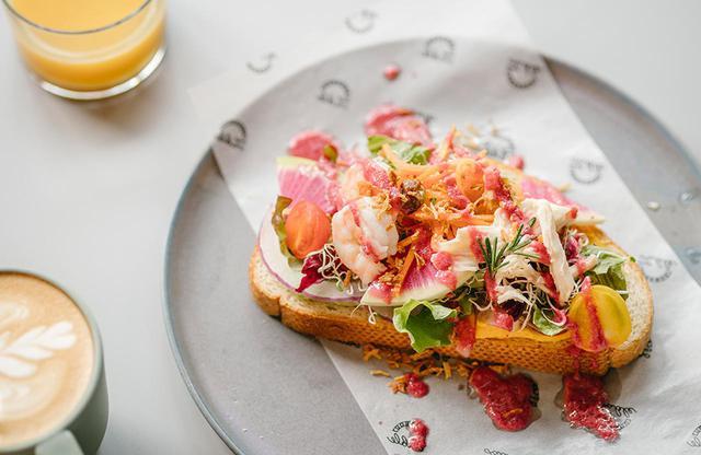 画像: 「世界に一つだけのオリジナル朝ごはん」、写真は洋食だが和食も用意。洋食は、野菜、自家製のドレシング・シーズニングを、パレットに絵を描くように組み合わせて作る自分だけのオープンサンド