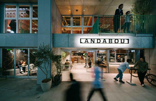 画像: 閉塞感の無いよう内観が見渡せる大きなガラス張りに。エントランスの奥はカフェ、その奥にダイニングエリア。向かって左は宿泊者用のラウンジスペースで、2階がホテルレセプション