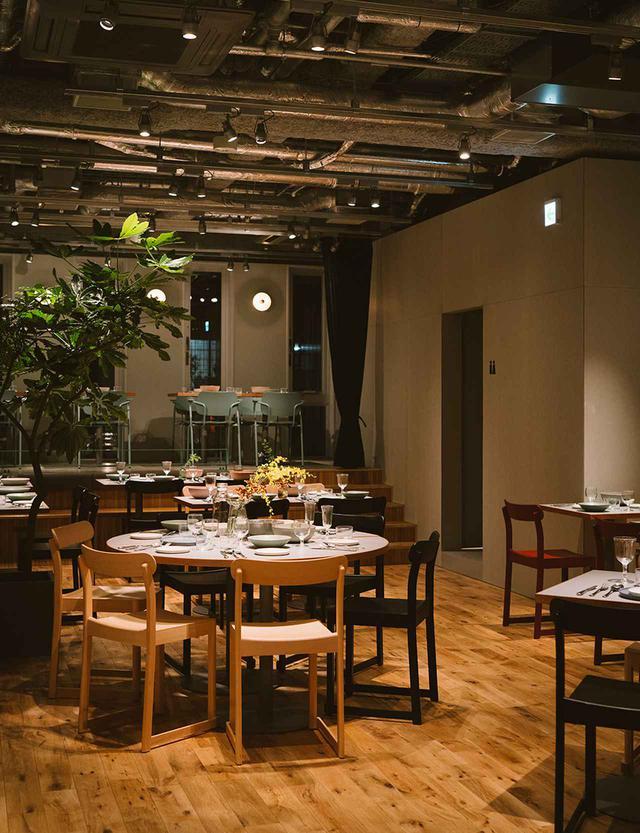 画像: カフェの奥、一段下がった静かなエリアがダイニング。新鮮野菜やこだわりの食材で作られる気取らない料理はなかなか美味しい。ナチュールワインや、クラフトビールもある